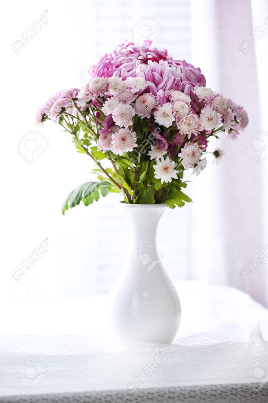 Prächtig Schöne Blumen In Der Vase Mit Licht Aus Fenster Lizenzfreie Fotos @OS_14