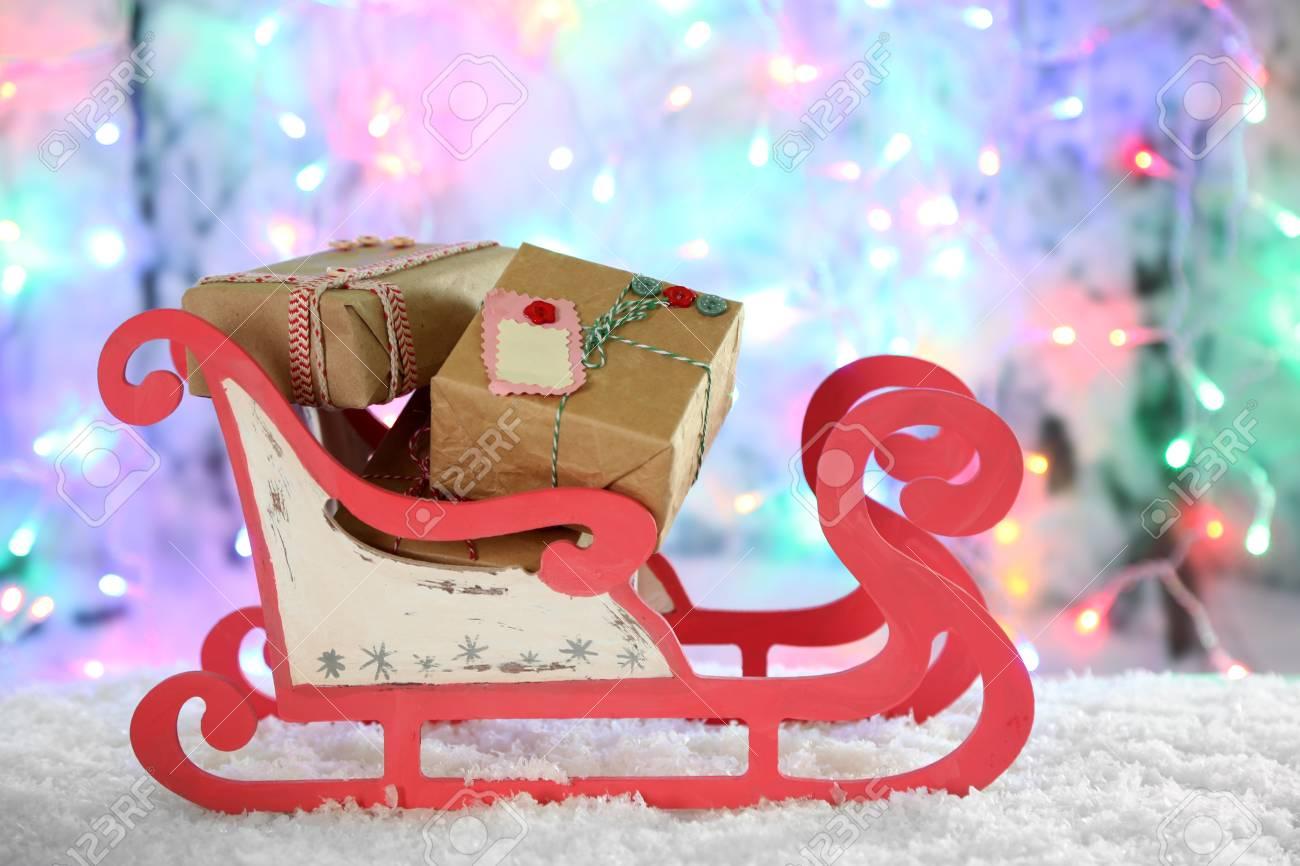 Regali Di Natale In Legno.Slitta Di Legno Giocattolo Con I Regali Di Natale Su Priorita Bassa Lucida