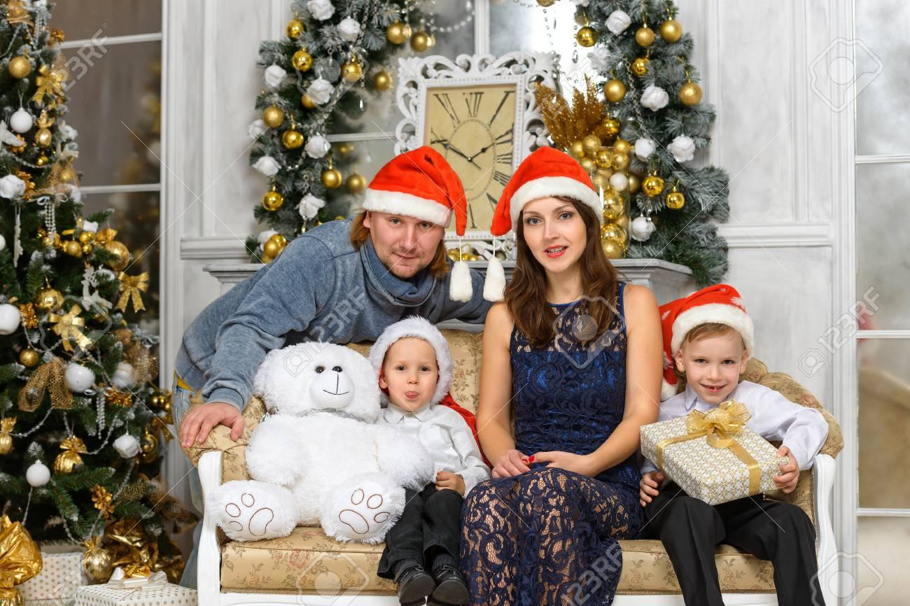 Foto Di Natale Famiglia.La Felicita Di Natale Concetto Di Famiglia La Famiglia In Cappelli Della Santa E Confezioni Regalo