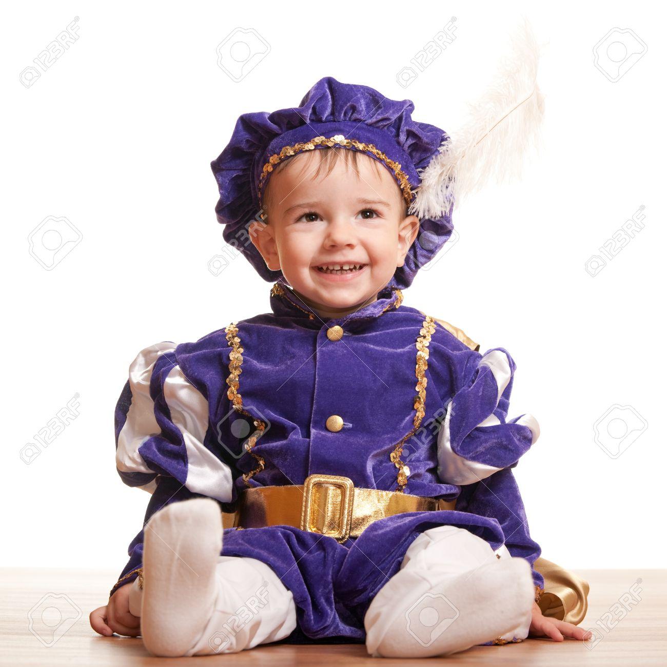 Un Retrato De Una Sesión Niño Pequeño En Un Traje De Carnaval Del ...