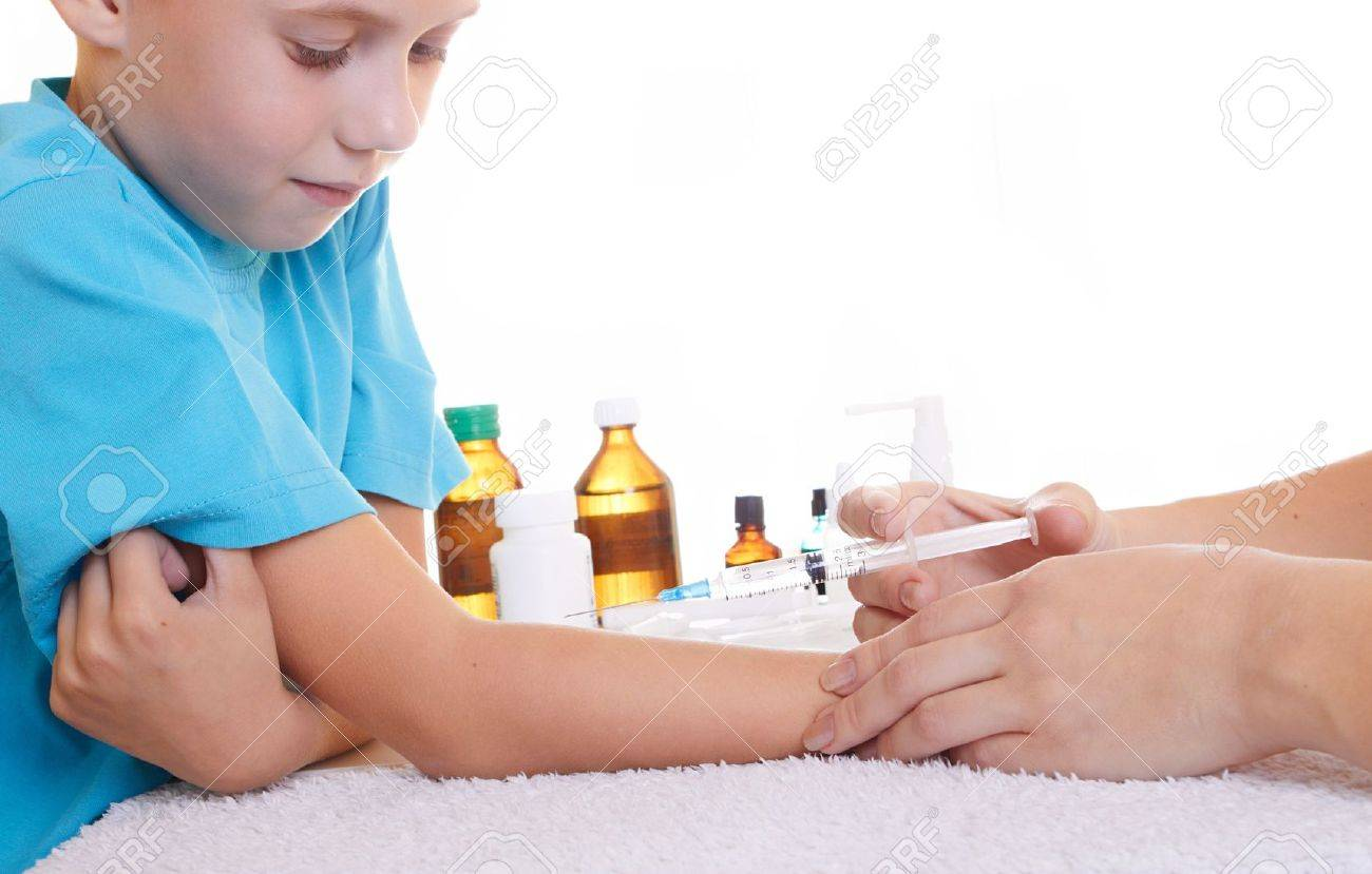 A doctor giving a child an injection Stock Photo - 5851082