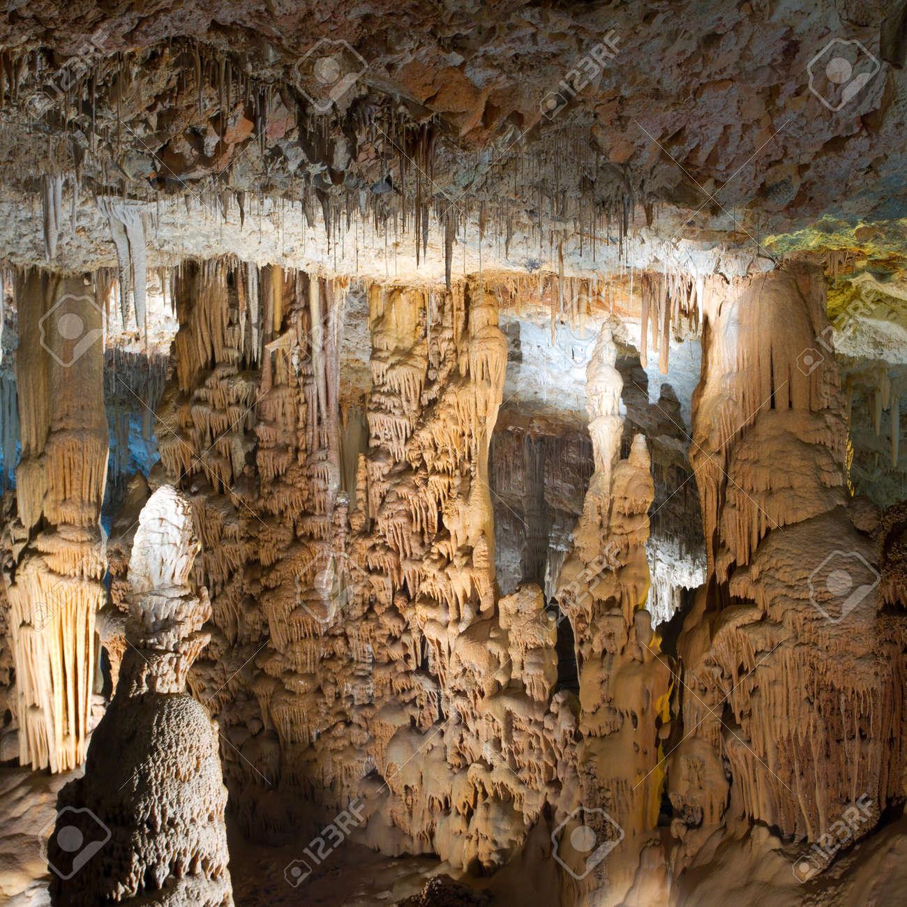 鍾乳洞と石筍。イスラエルの鍾乳...