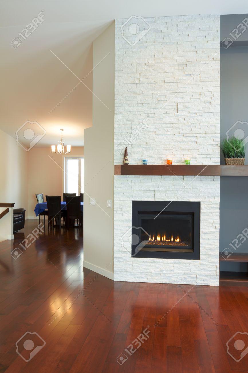 Design d'intérieur de salon moderne avec cheminée dans une maison ...