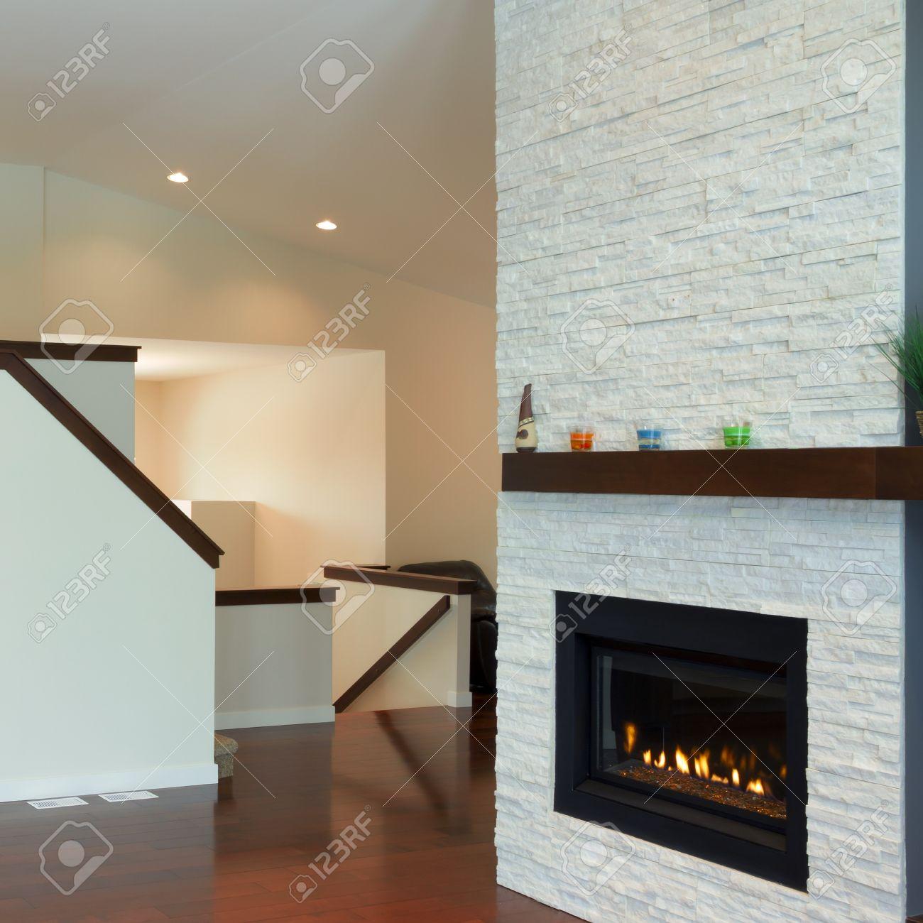 cheap diseo interior de sala de estar con chimenea moderna en una casa nueva foto de archivo with chimenea moderna - Chimenea Moderna