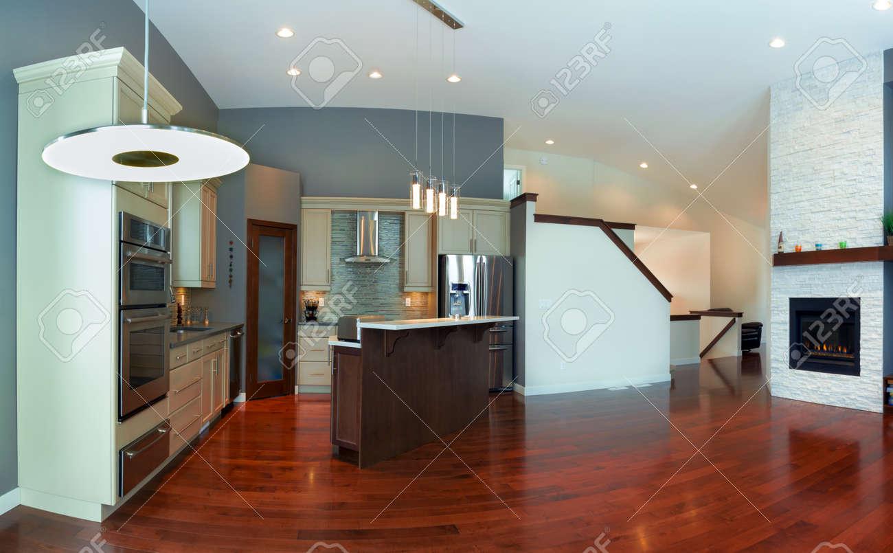 La conception intérieure de cuisine moderne dans une maison neuve ...