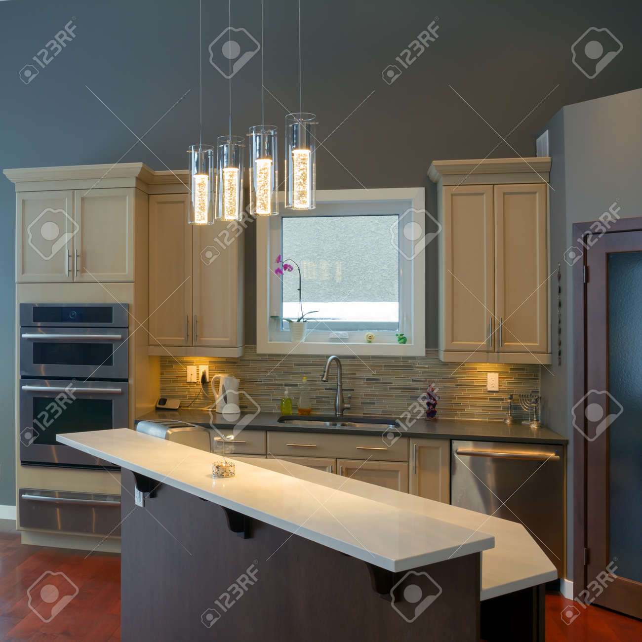 Cocina Moderna Del Diseño Interior En Una Casa Nueva Fotos, Retratos ...