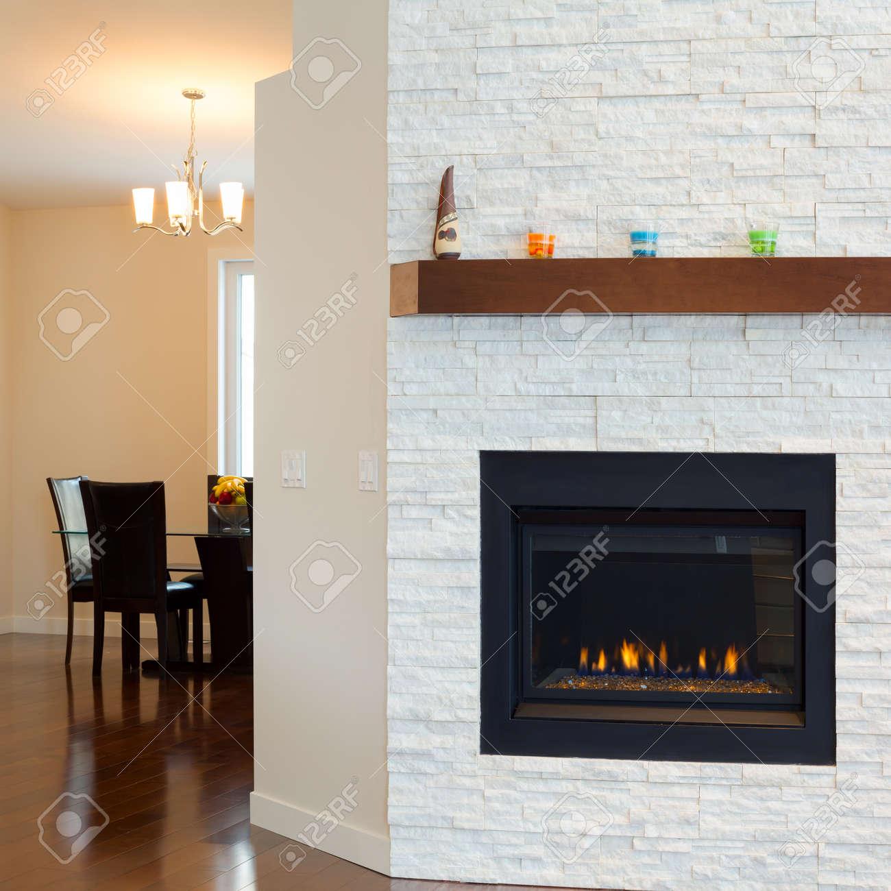 Diseño Interior De Sala De Estar Con Chimenea Moderna En Una Casa ...