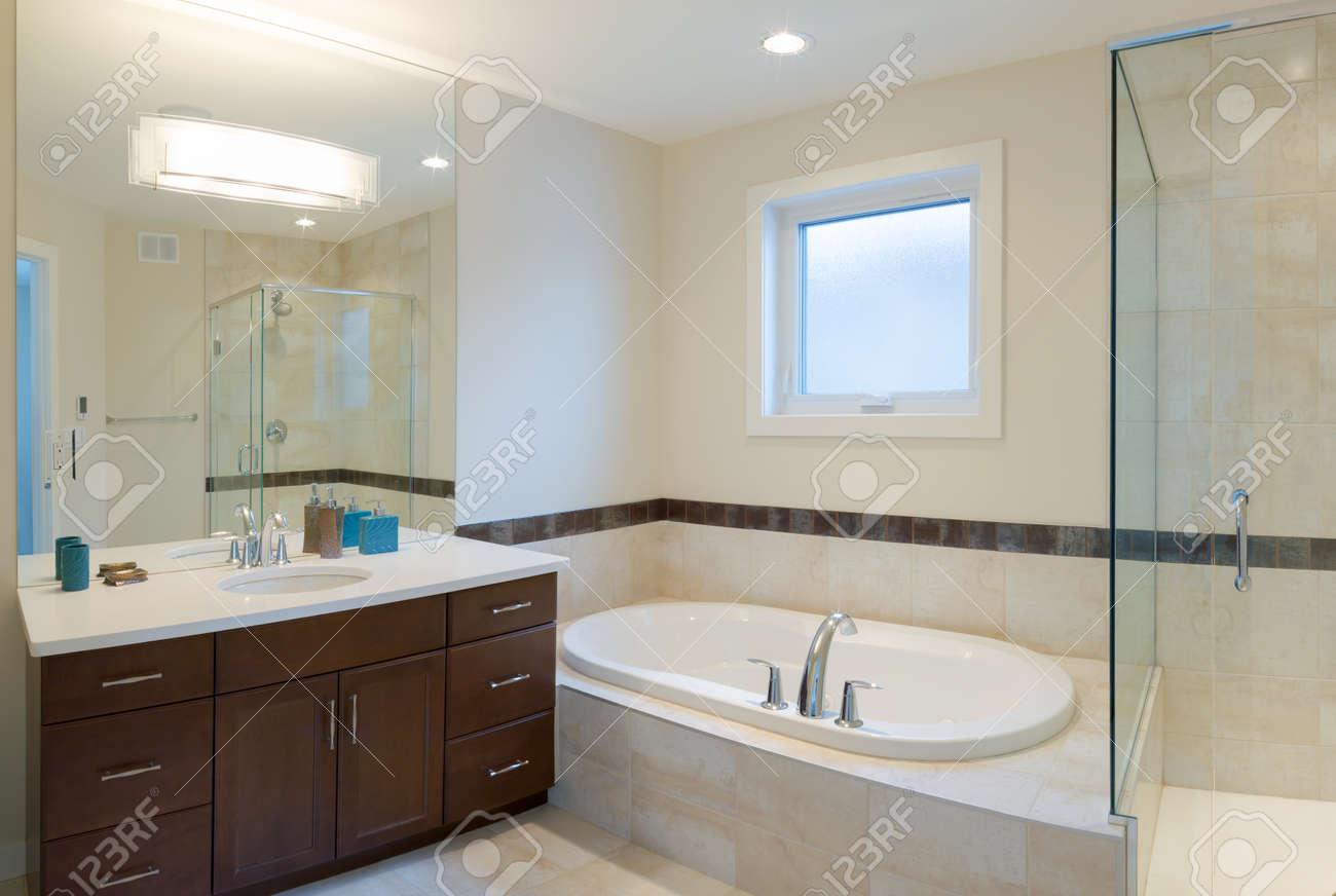 diseño interior de un cuarto de baño en la casa nueva fotos