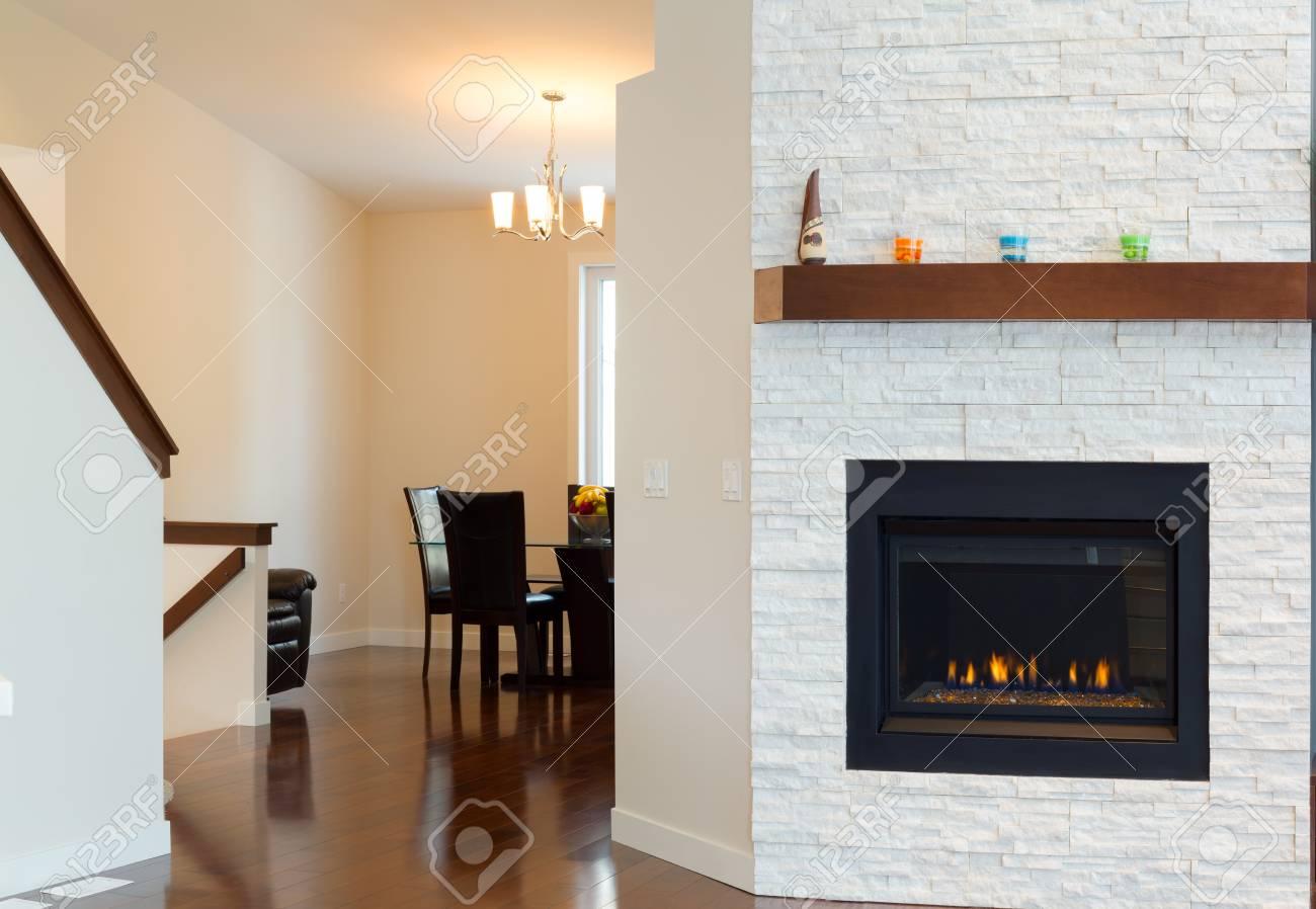 diseo interior de sala de estar con chimenea moderna en una casa nueva foto de archivo - Chimenea Moderna