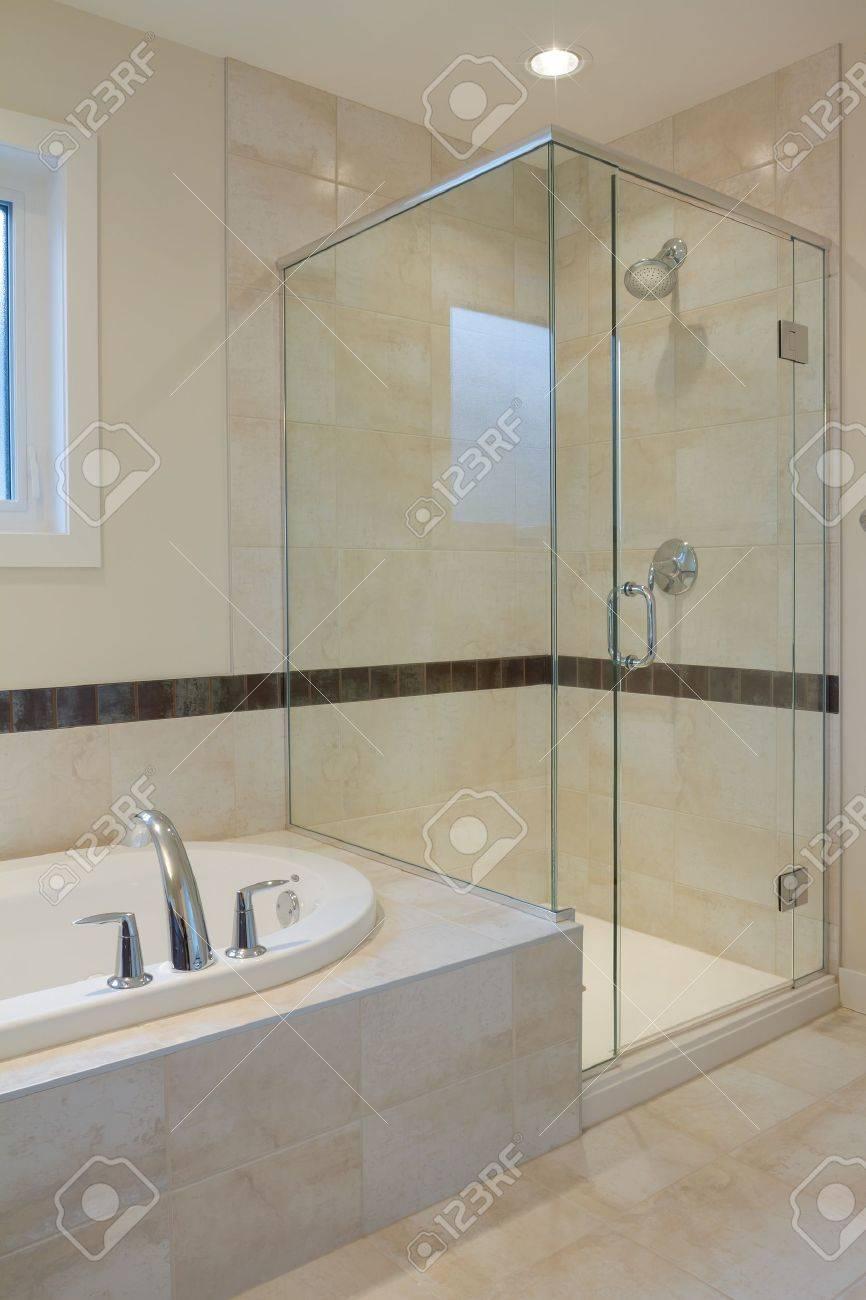 Design d'intérieur d'une salle de bain dans la nouvelle maison ...