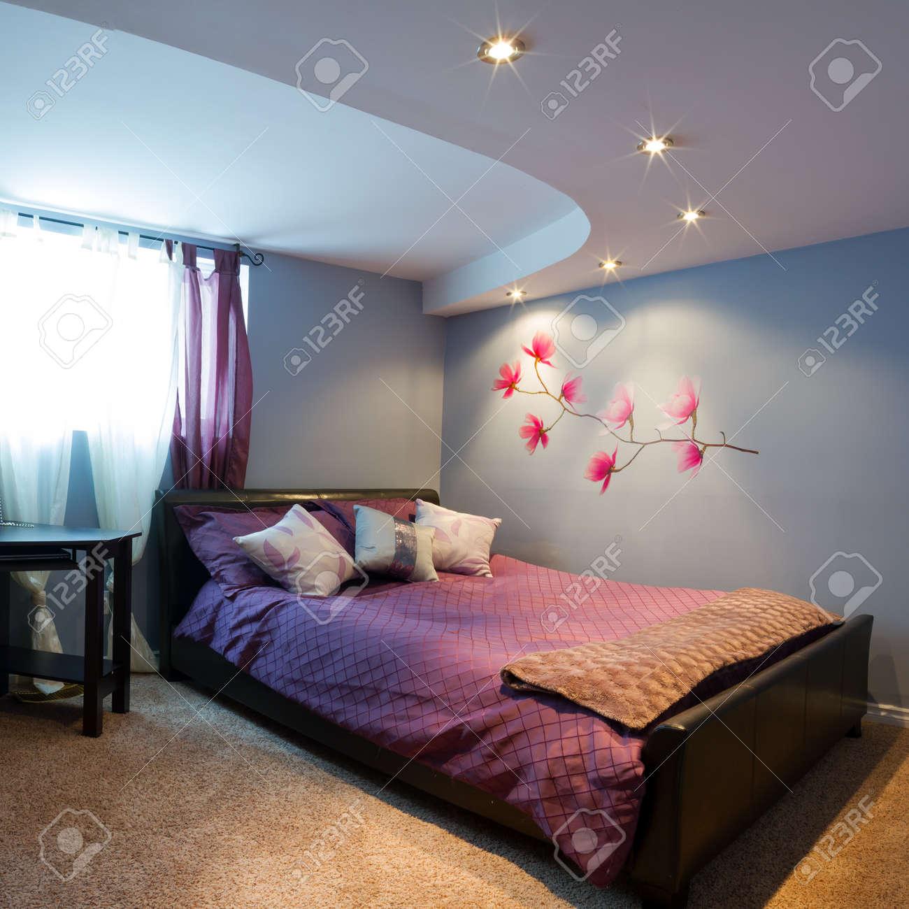 Sovrum med inredning i ett nytt hus. royalty fria stockfoton ...