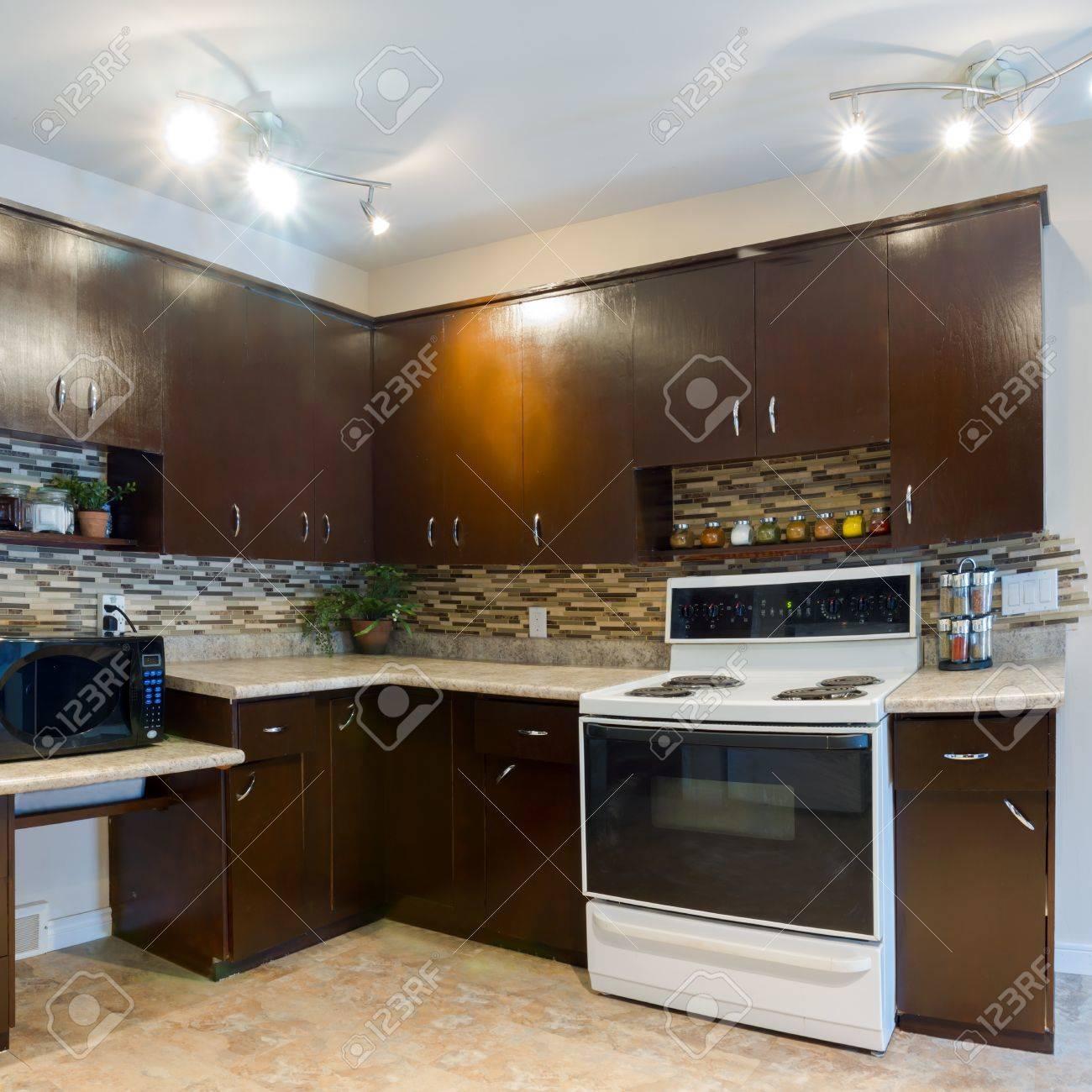 Le design intérieur de la cuisine moderne et salle de séjour dans ...