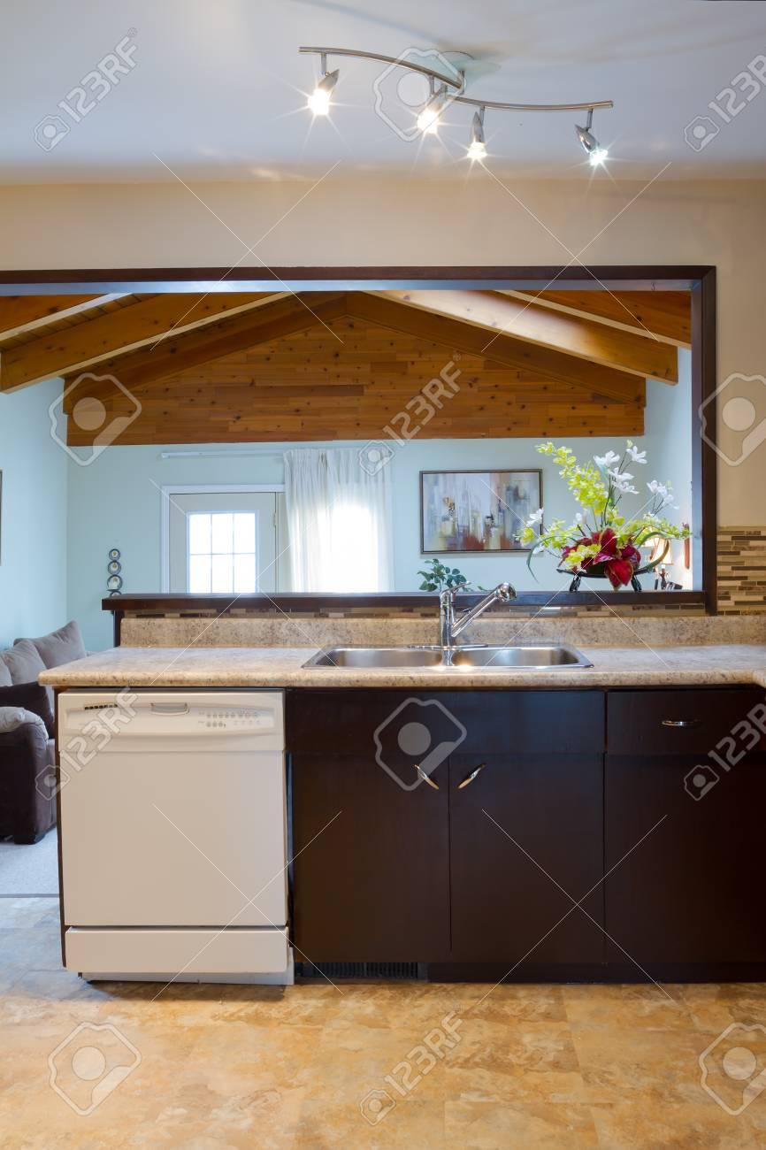 Interior Design Der Modernen Küche Und Wohnzimmer In Ein Neues Haus  Standard Bild   19387246