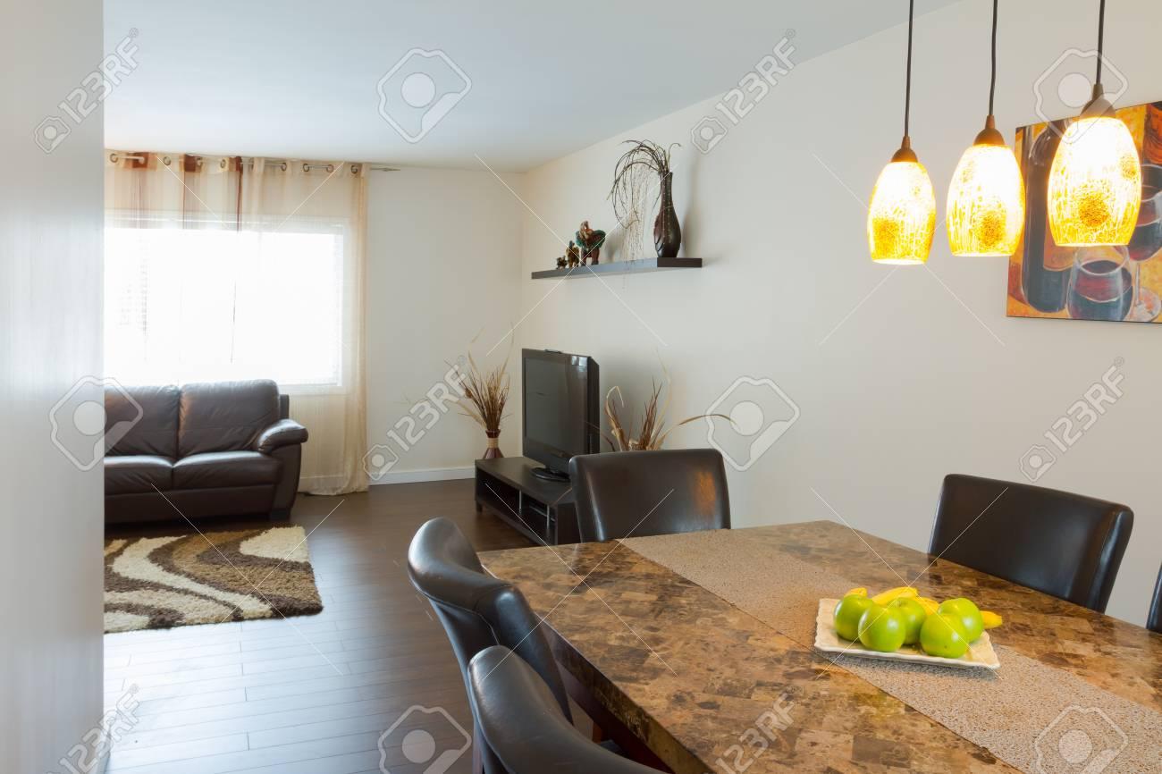 Le design intérieur de la salle à manger dans une maison neuve