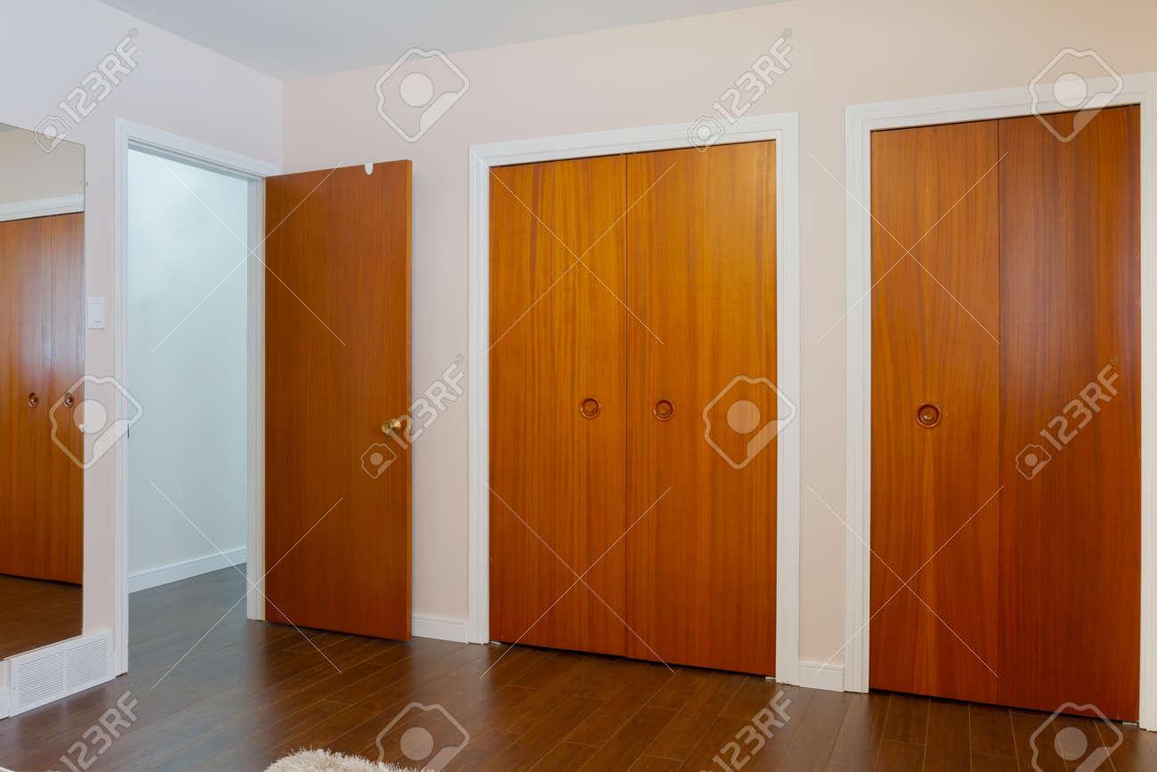 Hölzerne Türen Der Schränke Mit Spiegel Im Schlafzimmer Lizenzfreie ...