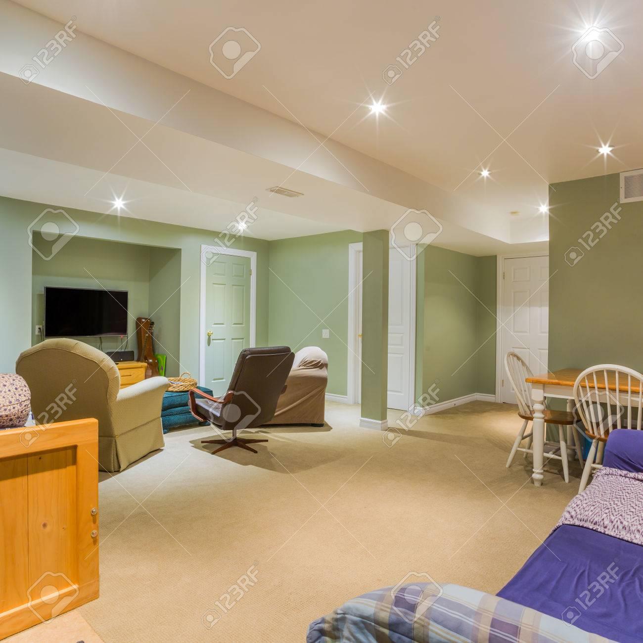 Le Design Intérieur Du Sous-sol Dans Une Maison Neuve Banque D ...