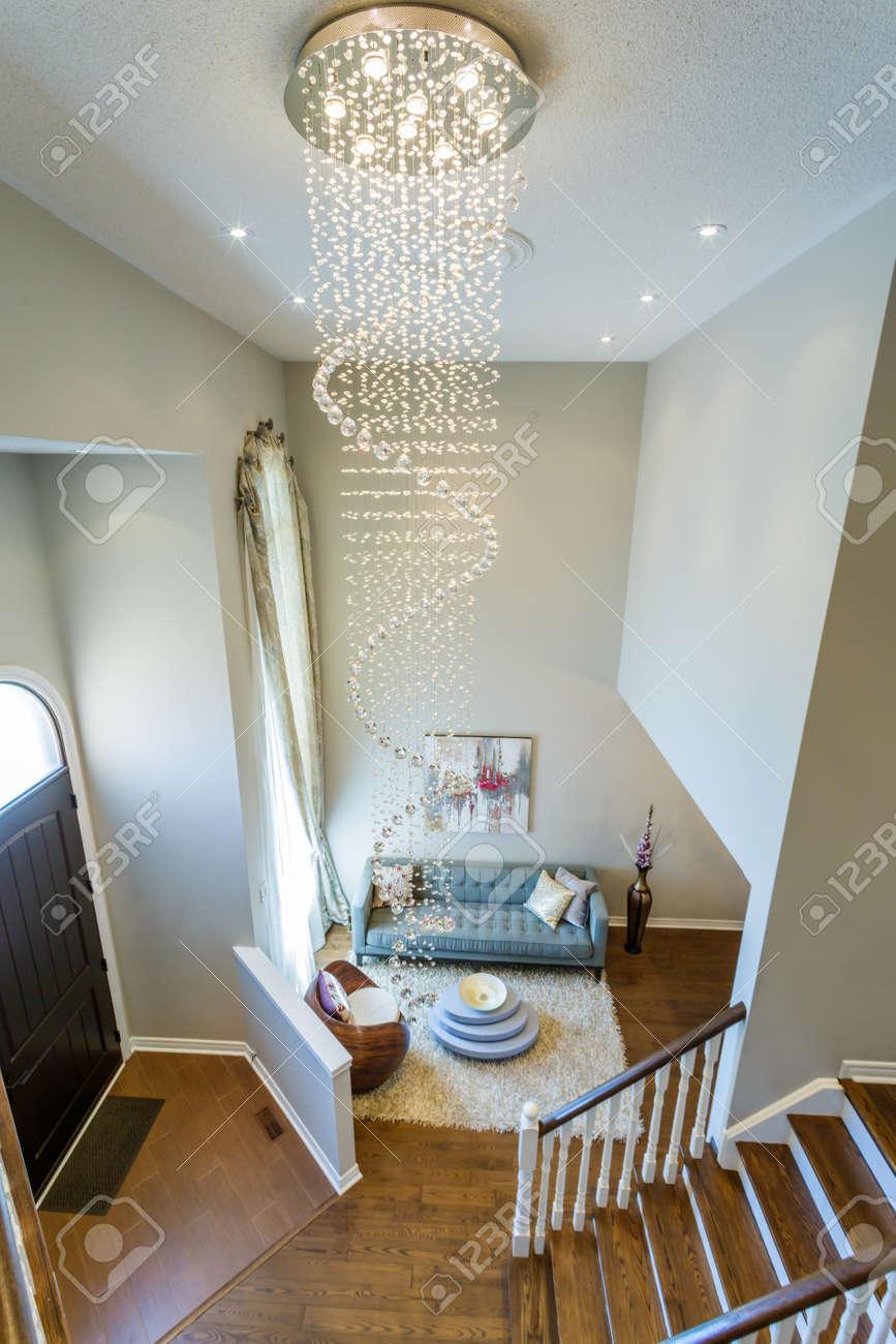 Moderne Wohnzimmer Interieur Mit Mit Einem Großen Kristall Kronleuchter  Standard Bild   66982041