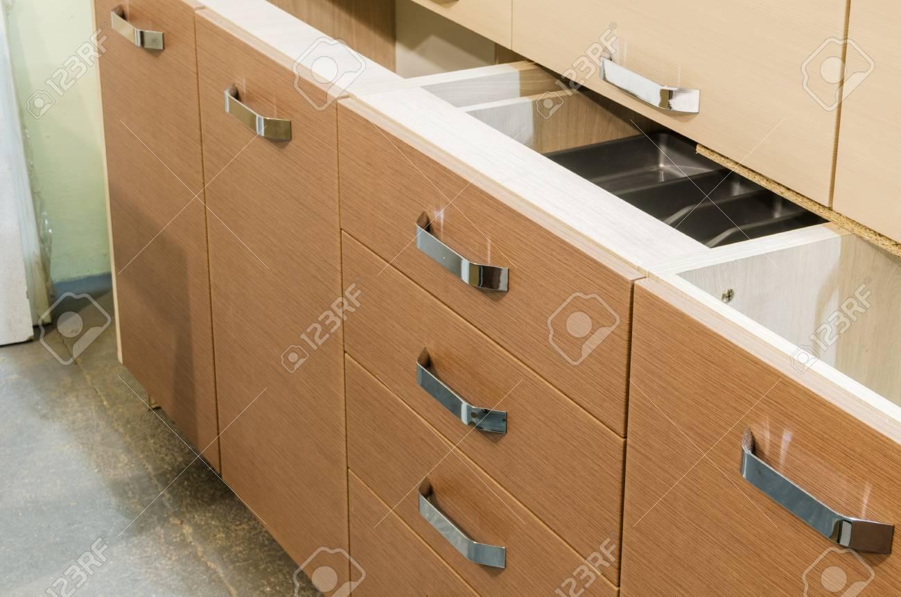 Meister Legt In Einem Küchenschrank Mit Schubladen Und Gabeln ...