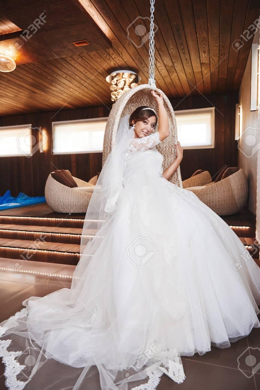 Schönes Braut-Portraithochzeitsmake-up, Hochzeitsfrisur. Weißes Kleid.