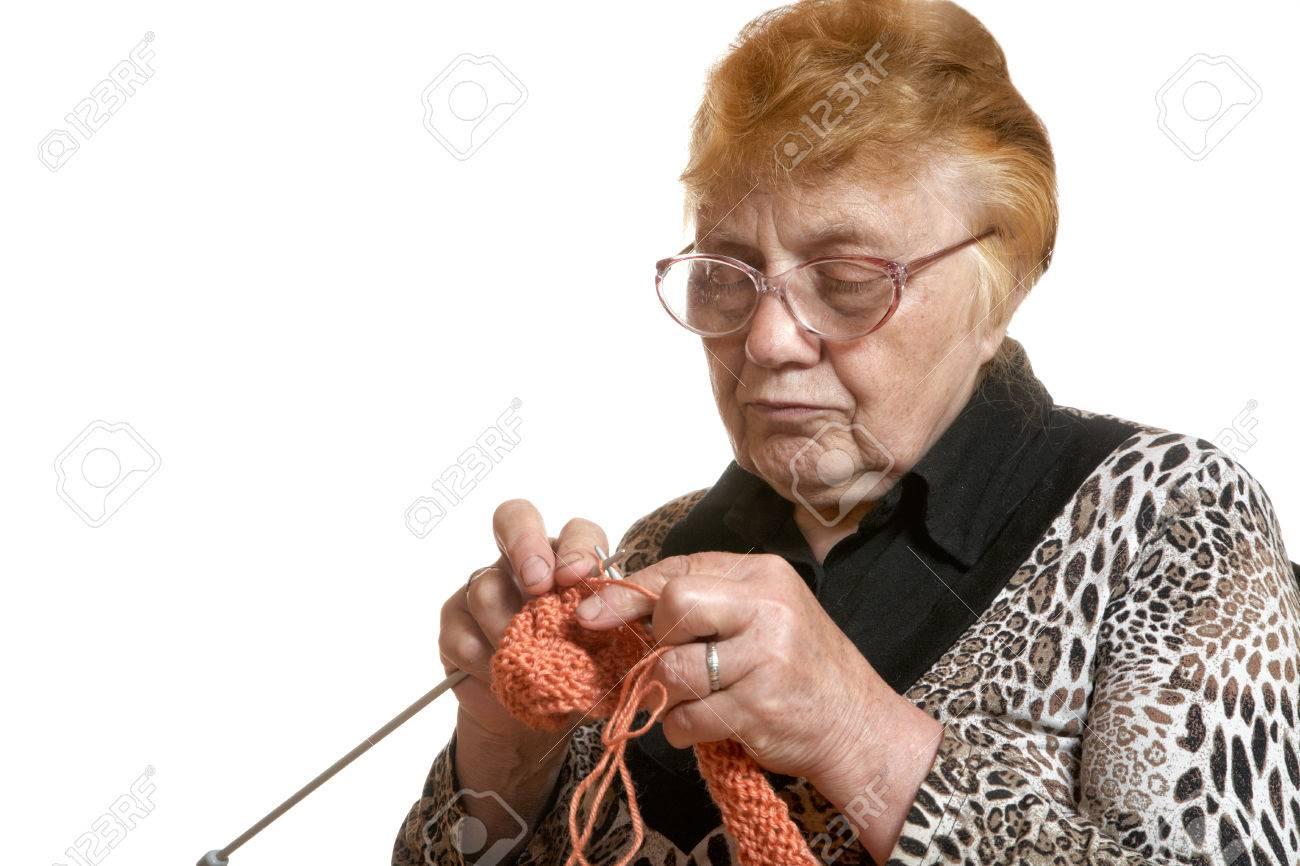 Бабушка за вязанием фото