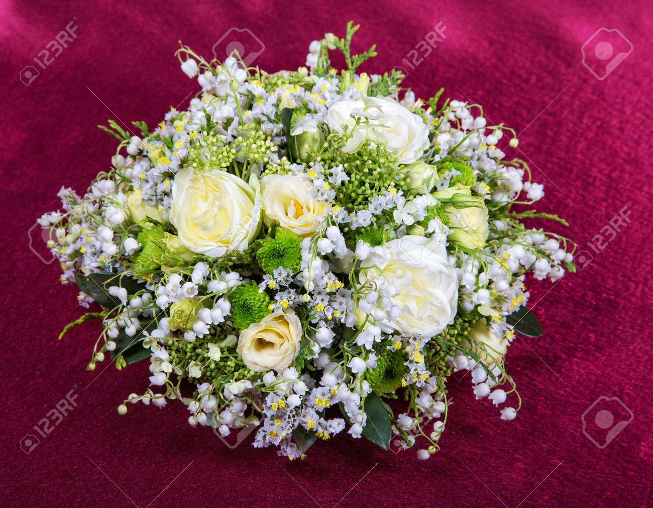 Hochzeitsstrauss Aus Lilien Und Rose Auf Rotem Stoff Lizenzfreie