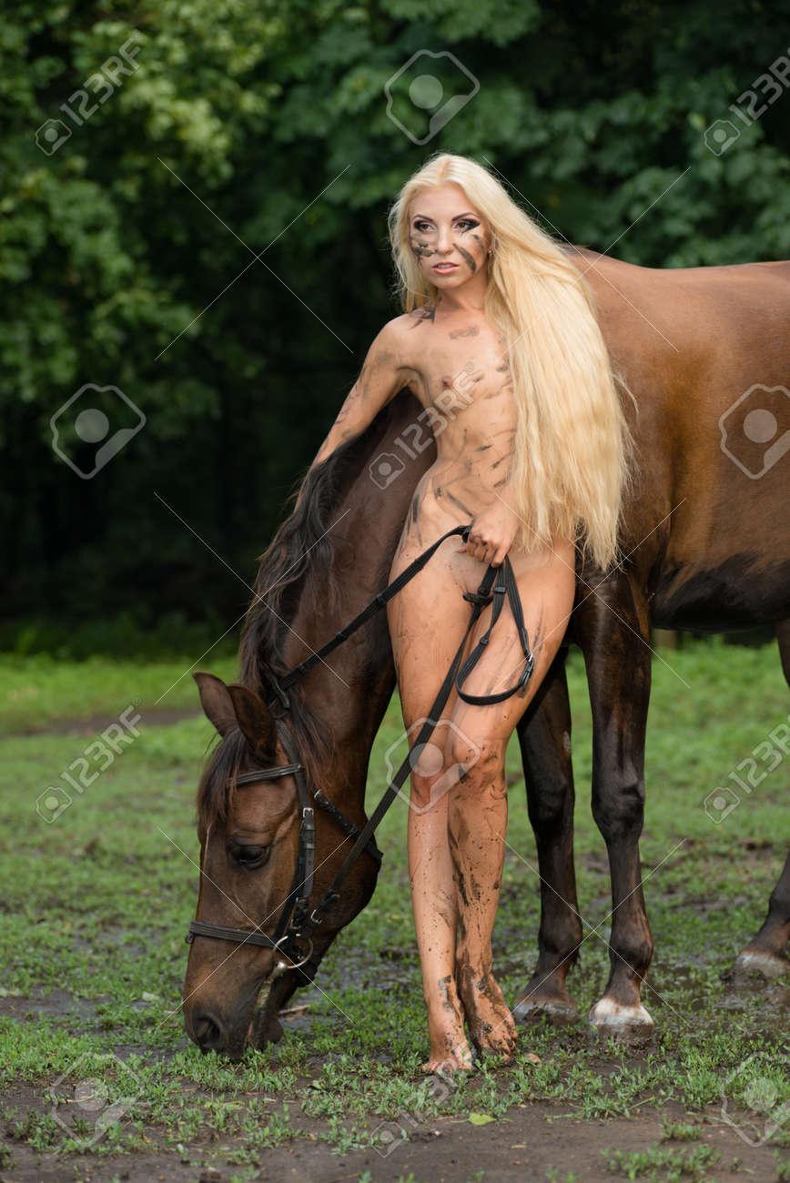 mädchen nackt mit pferd
