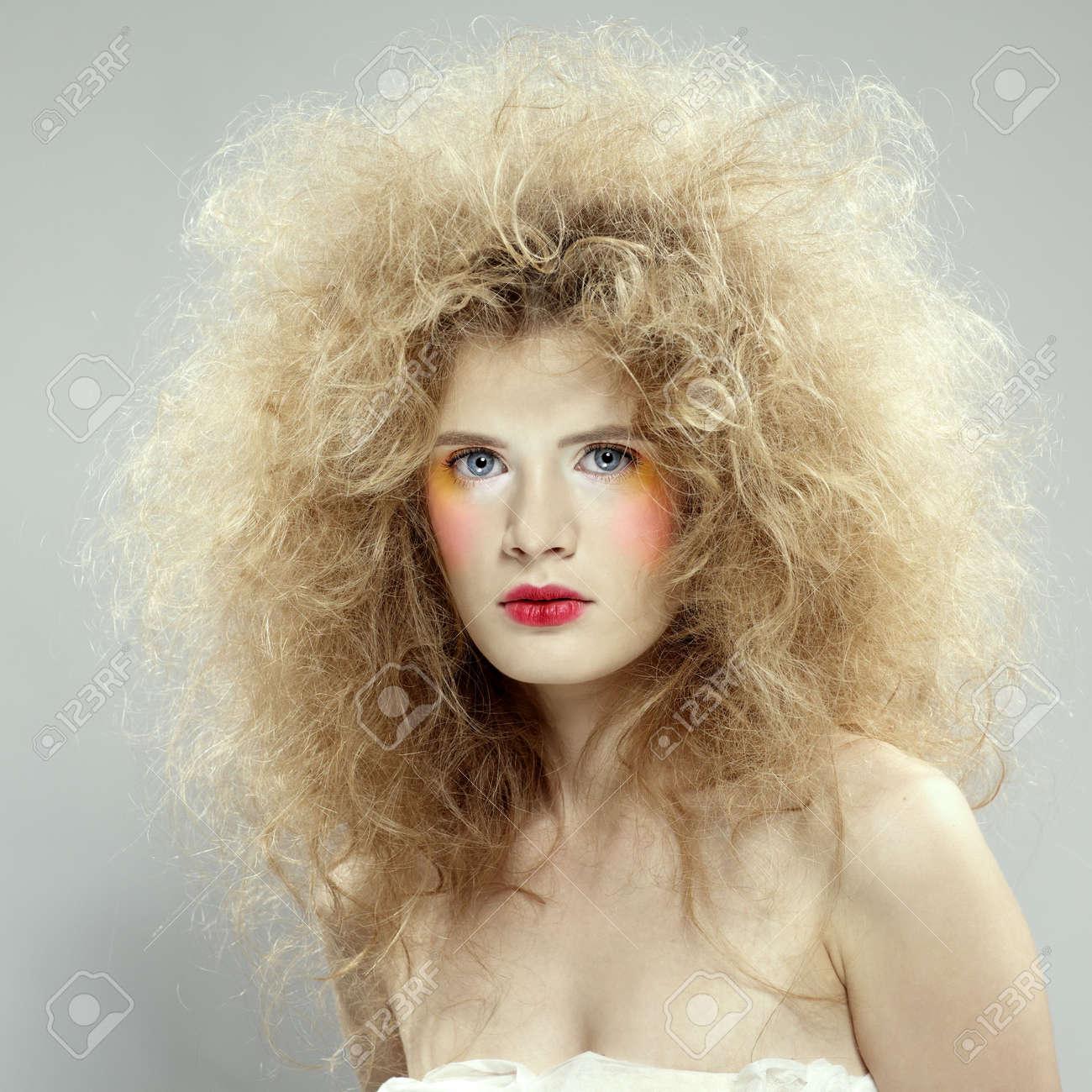 Как сделать прическу на пышные волосы