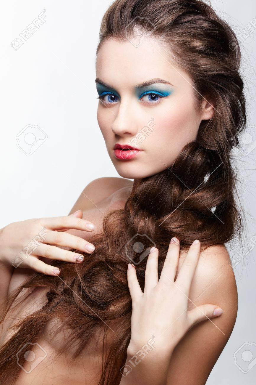 foto de archivo retrato de peinado de hermosa nia morena con peinado de trenza creativa