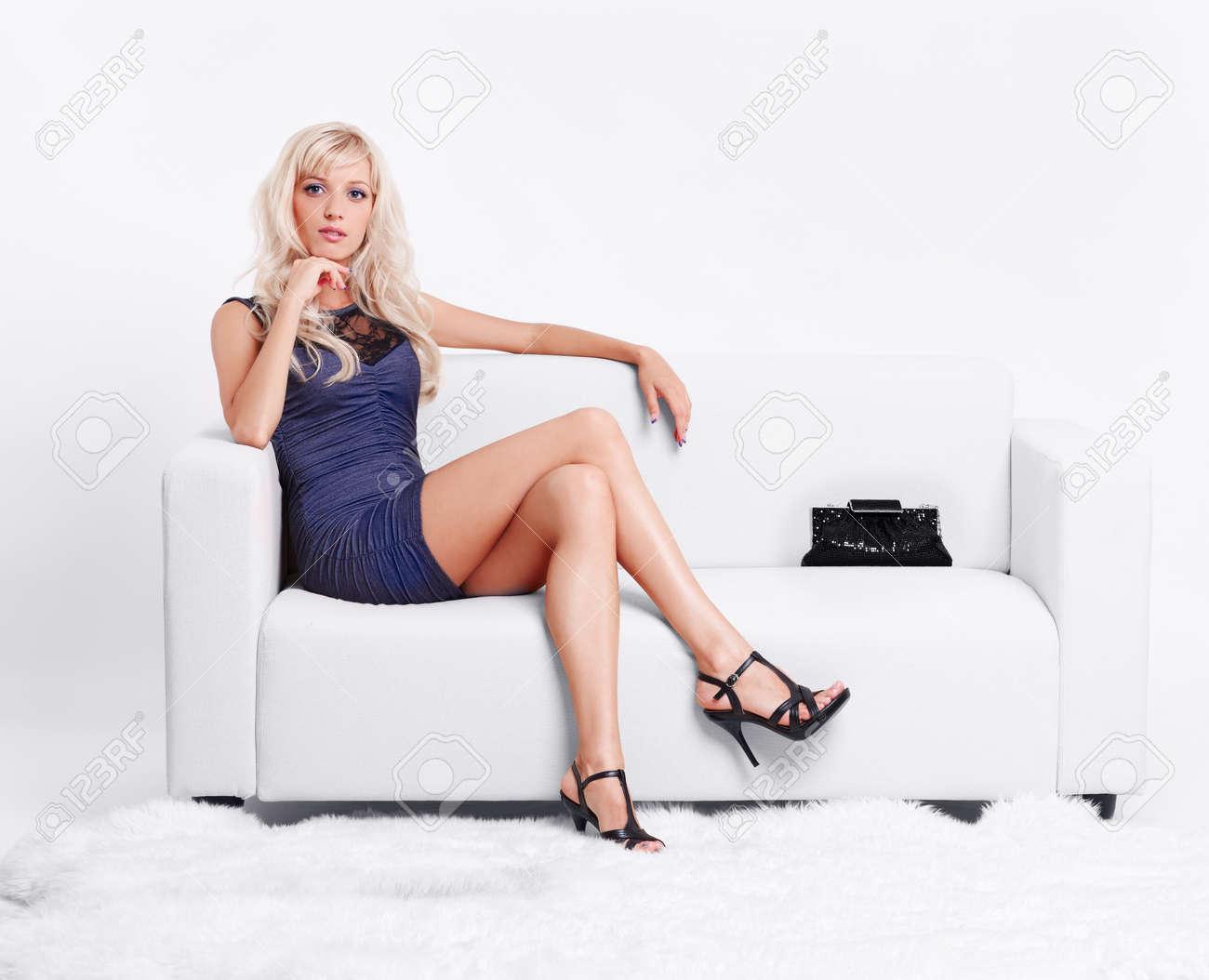 Фото блондинка на белом диване 15 фотография
