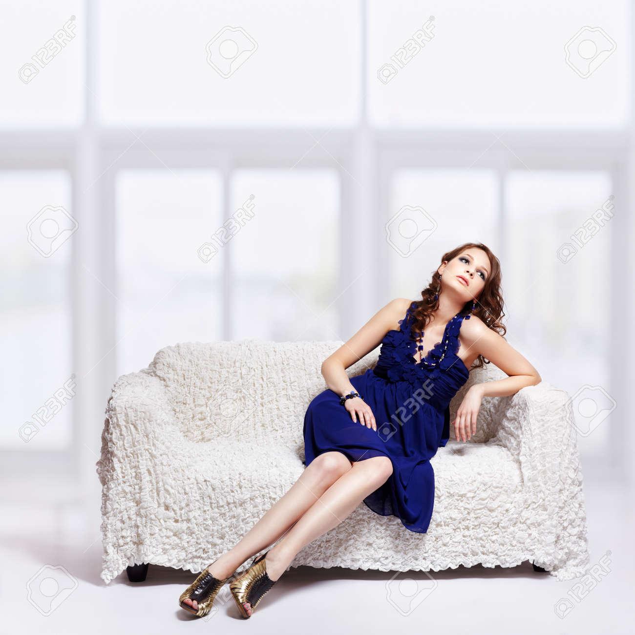 Mujer sentada vestido azul