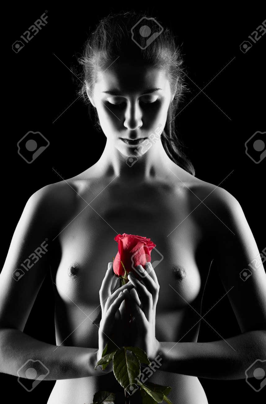 Frau nackt auf rosen