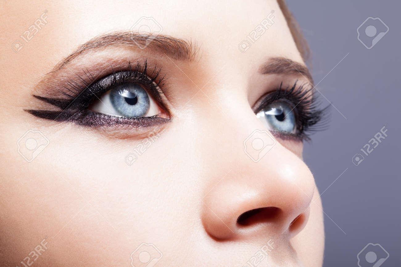 Closeup shot of woman eye with day makeup - 35097509