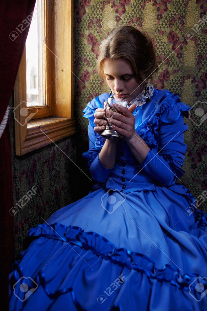 Coupé Fer Siècle Fin Assis Bleu Jeune Dans Chemin Du Robe Boire Et 19ème Femme De Thé En Vintage Rétro ikPXuZ