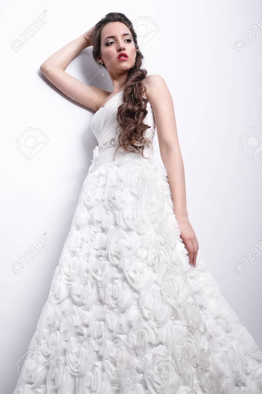 Portrait Der Schonen Jungen Frau Braut Im Weissen Hochzeitskleid In