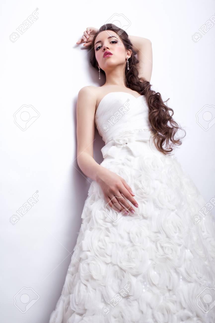 Portrait Der Schönen Jungen Frau Braut Im Weißen Hochzeitskleid In ...