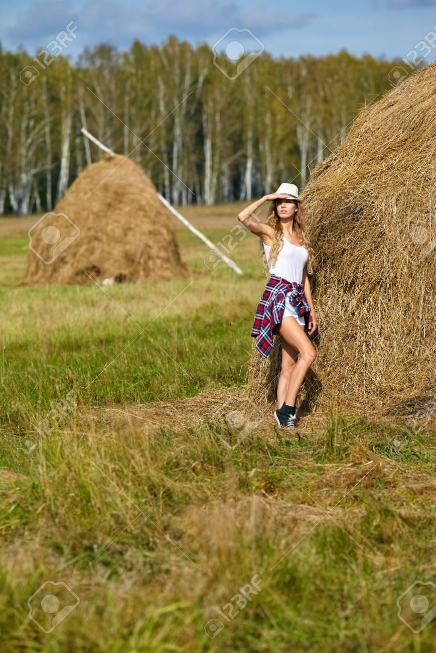 Jeune Fille De La Campagne Blonde Dans Le Chapeau Pres De Haystacks Banque D Images Et Photos Libres De Droits Image 64027233