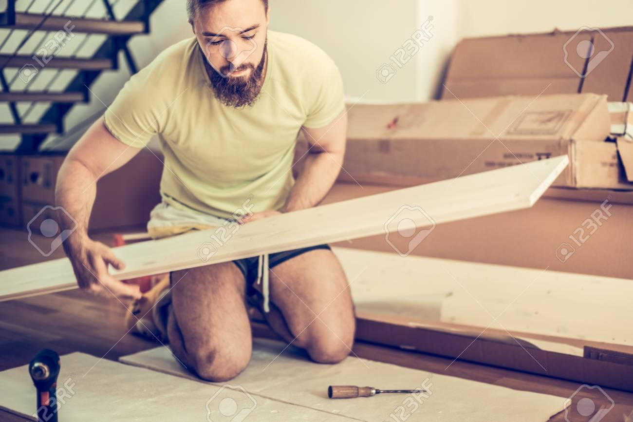 Junger Mann Möbel In Der Neuen Wohnung Zu Sammeln Und Blick Auf Das