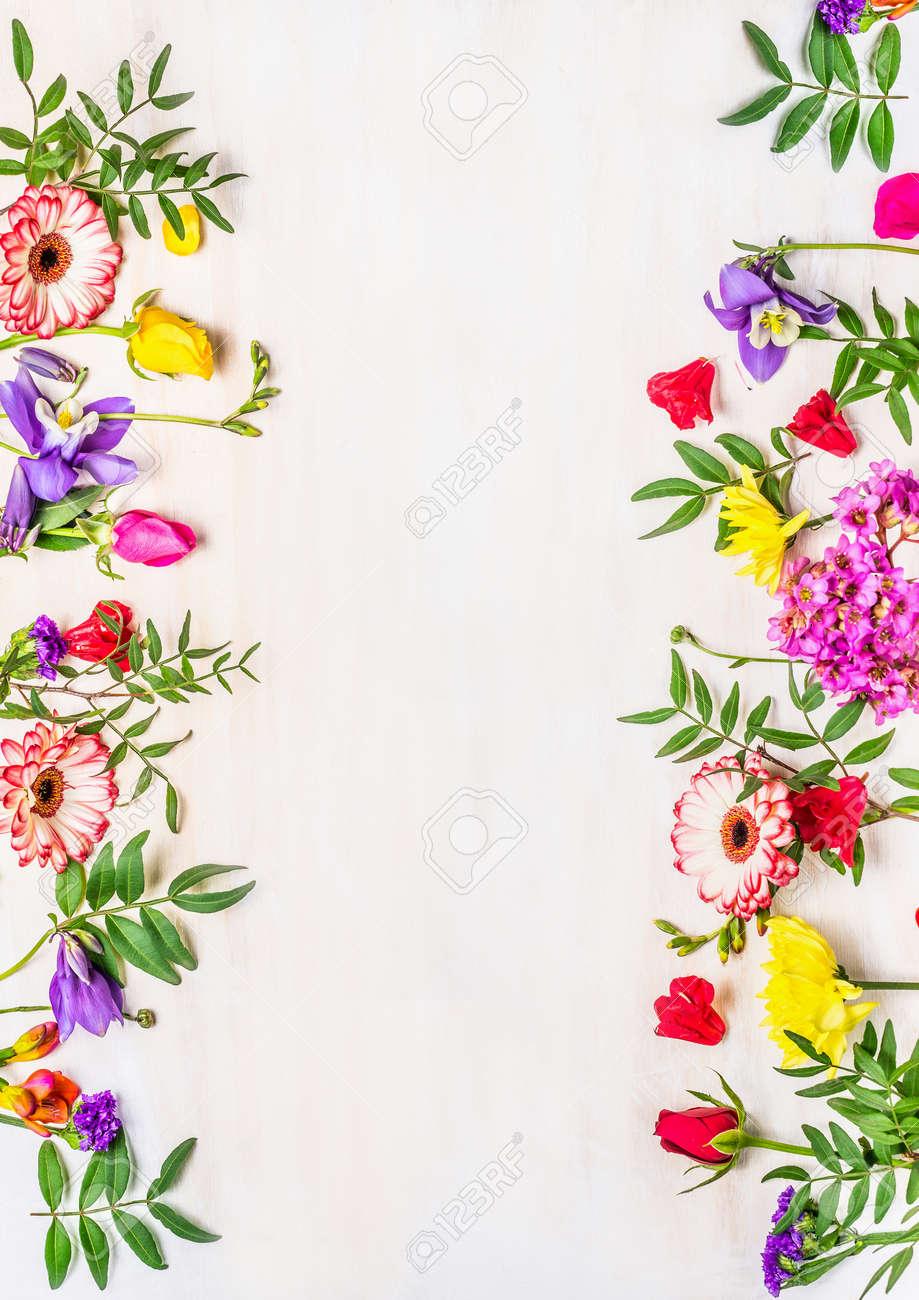 Rahmen Von Frühlingsblumen, Eine Vielzahl Von Farben, Platz Für Text ...