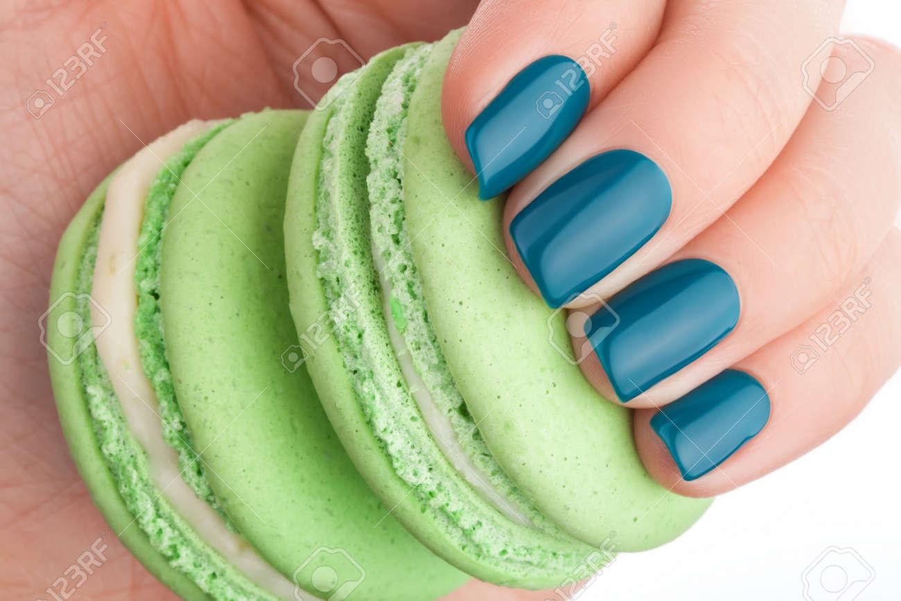 Hermosas Uñas De Color Verde Y Una Torta Verde. Fotos, Retratos ...