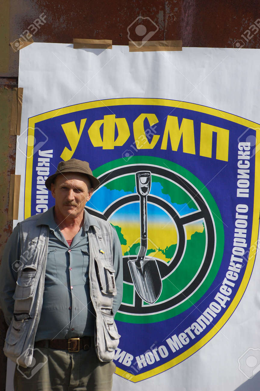 KIEV, UKRAINE - SEP 11: Member of Ukrainian Federation of Metal Searchin Sport on the First Ukrainian Competition of Treasure Hunting, September 11, 2010 in Kiev, Ukraine  Standard-Bild - 7738994