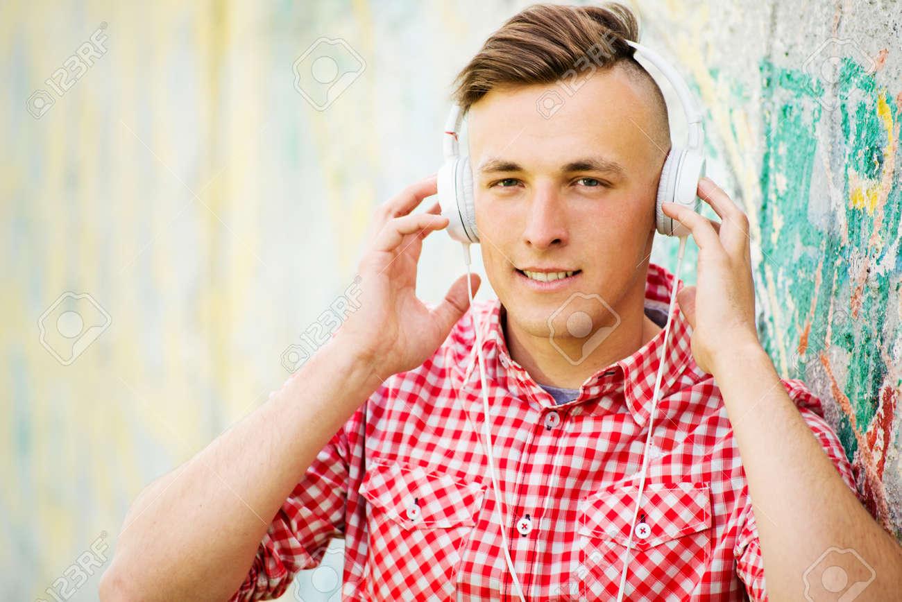 Jeune Homme Avec Une Coiffure Moderne Ecouter De La Musique Sur Ses