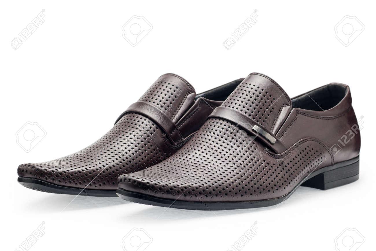 nuevo producto 18605 da56f Un par de zapatos de cuero marrón clásicos para los hombres, y sin cordones  sobre un fondo blanco