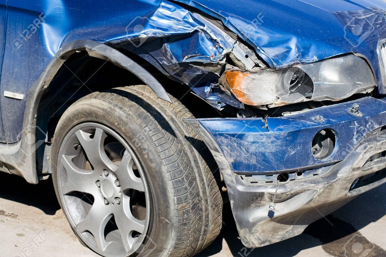 El coche destrozado. Frente de auto dañado.  Foto de archivo - 1647910