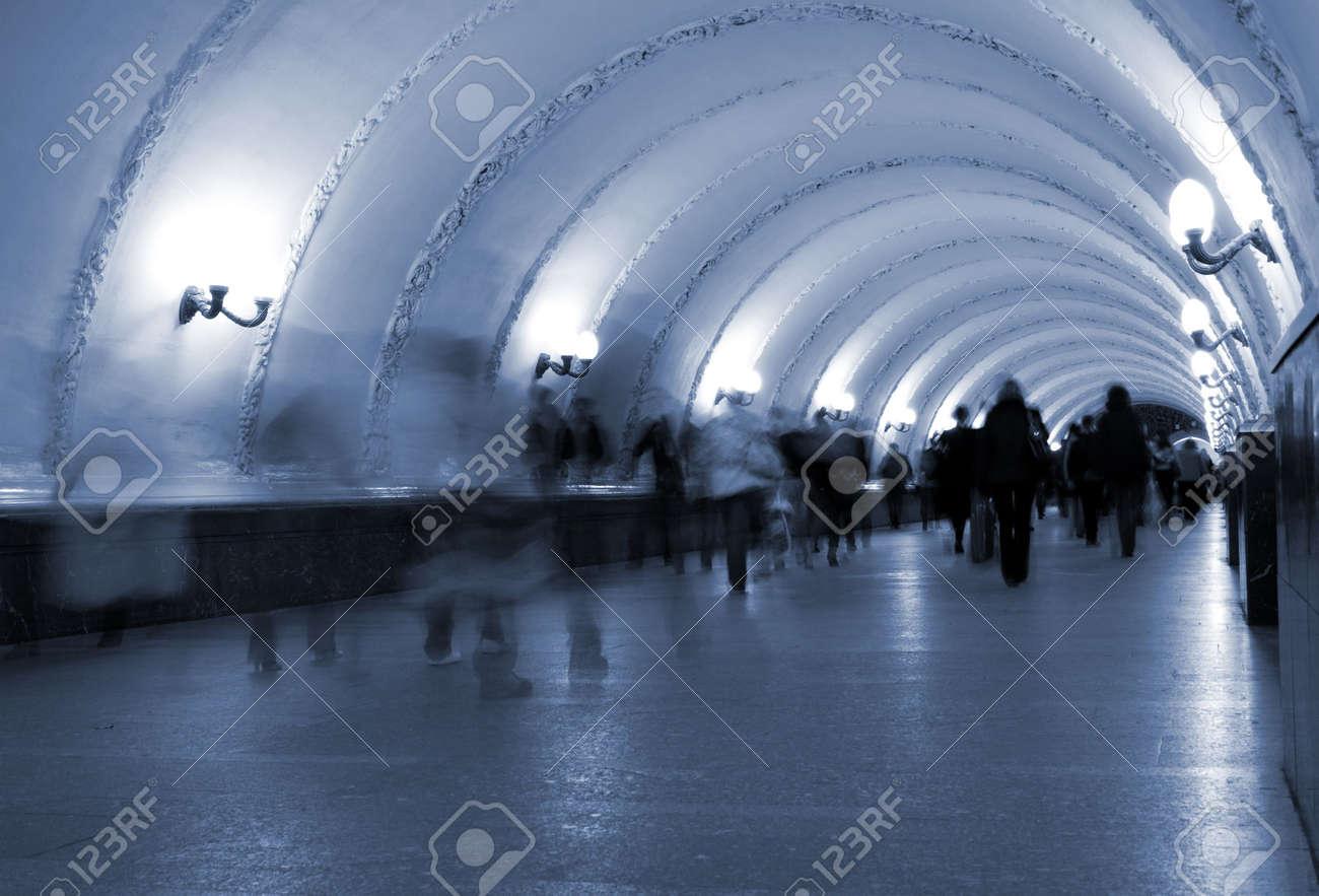 地下鉄。地下横断歩道、モーショ...