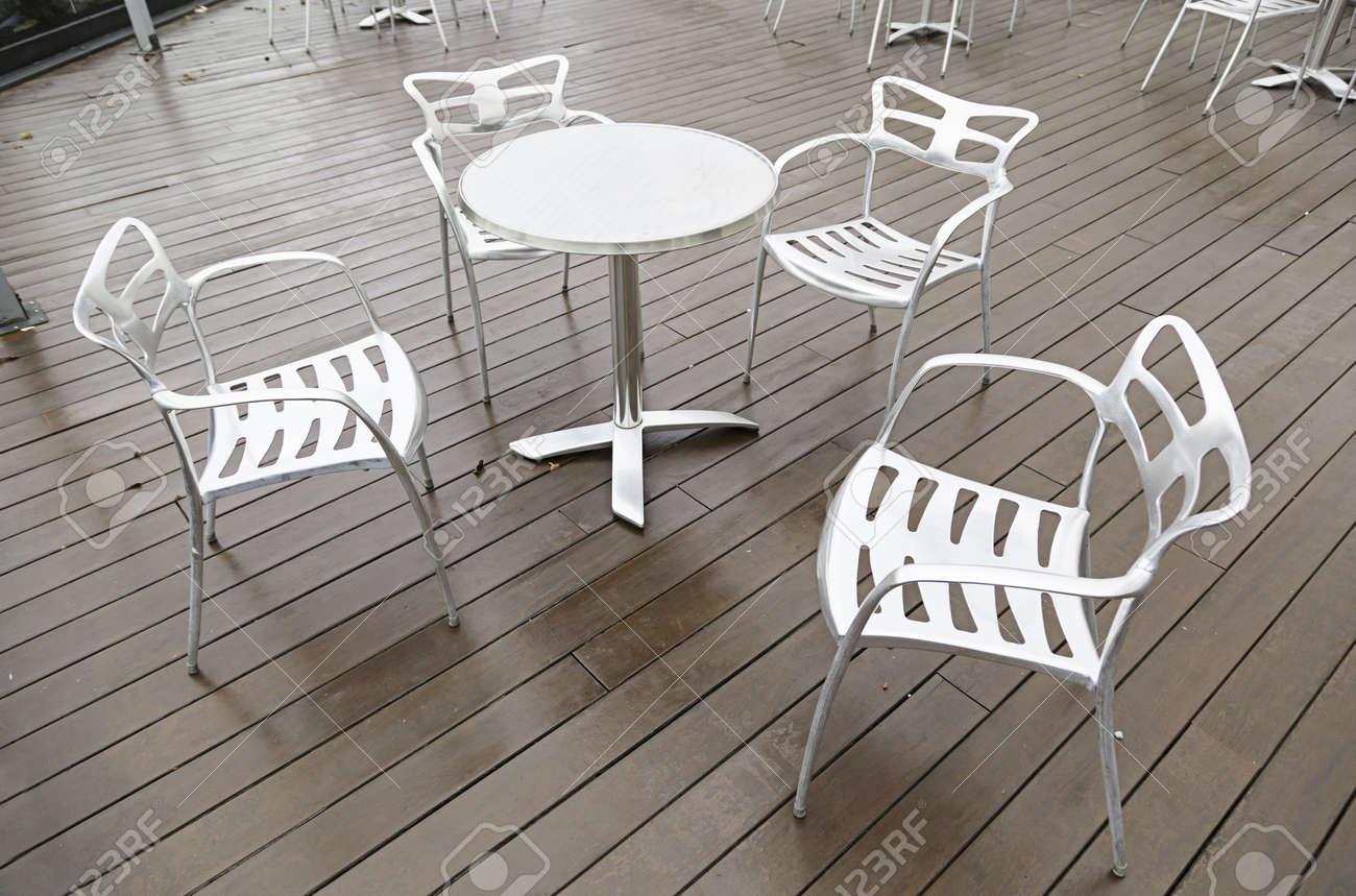 Metallstuhle Und Tisch Auf Einer Terrasse Detail Von Einer Terrasse