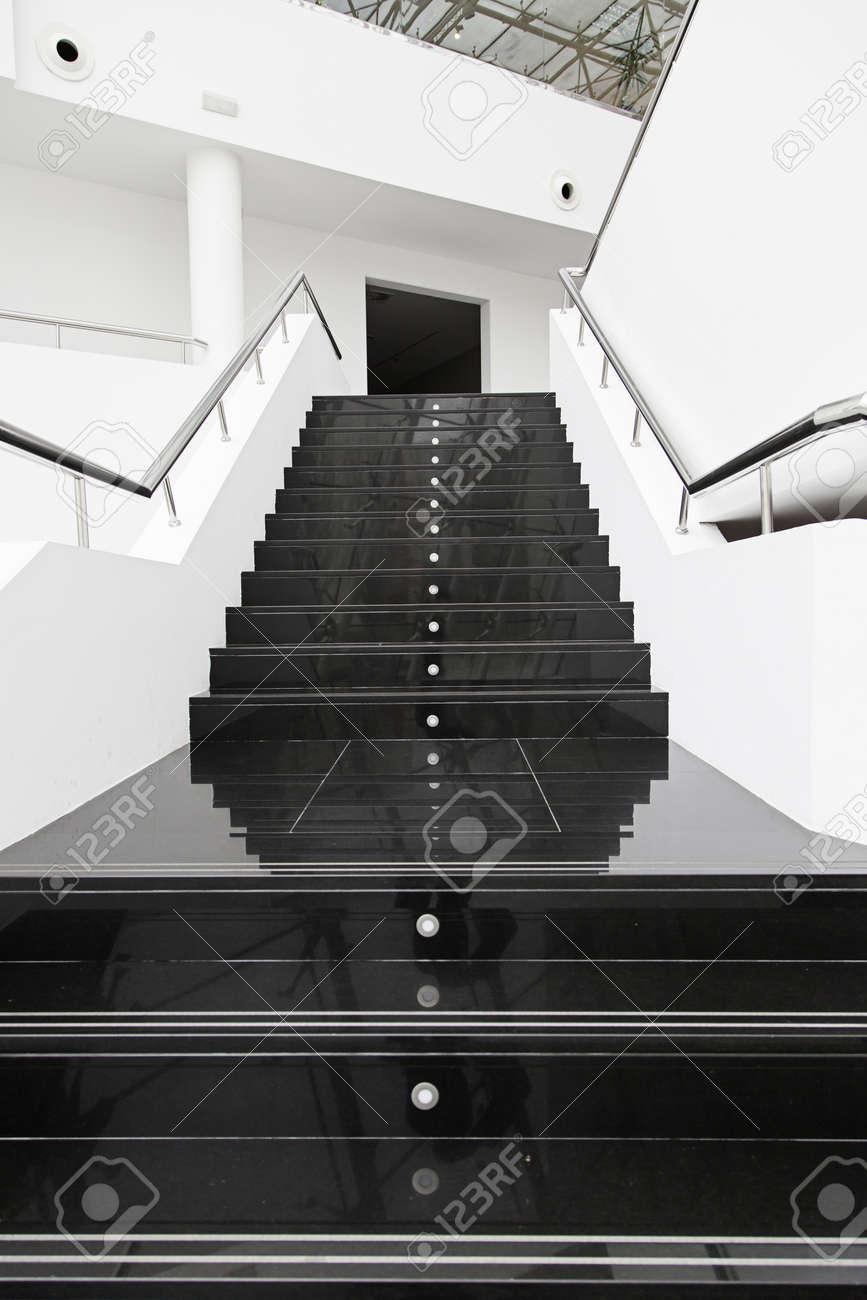 Escalier En Marbre Noir, Détail D\'un Escalier Moderne Banque D ...