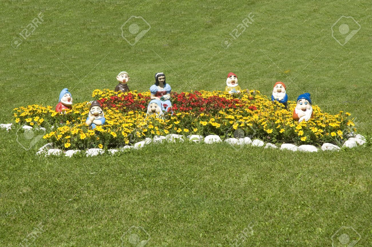 statues of Snow White and the Seven Dwarfs