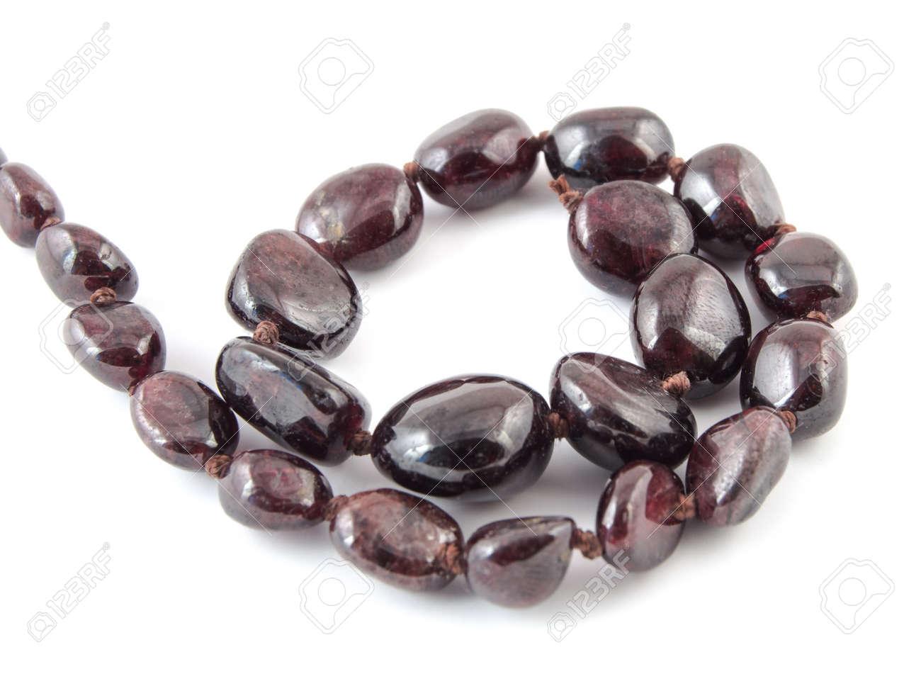 Perlen Aus Naturlichen Edelstein Granat Auf Weissem Hintergrund