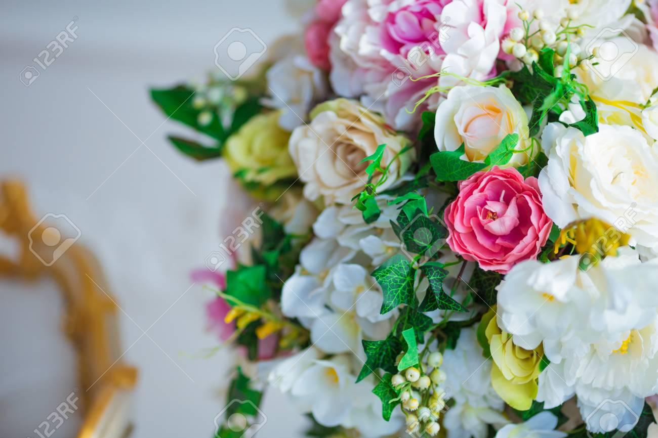 Klassiek Wit Interieur : Mooie bloemen in klassiek wit vintage interieur. royalty vrije foto