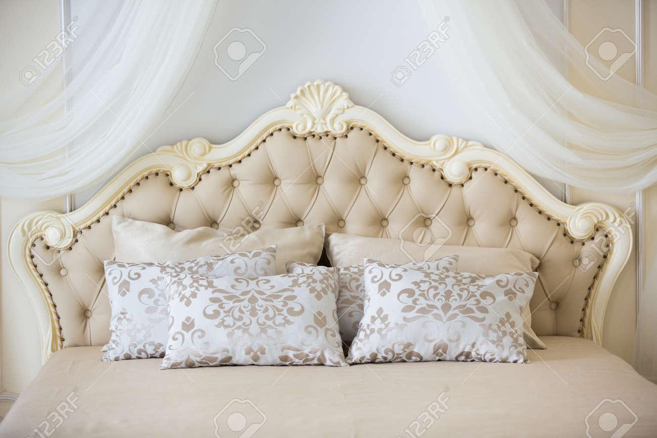 Schlafzimmer In Sanften, Hellen Farben. Großes Bequemes Doppelbett In Einem  Eleganten Klassischen Interieur.